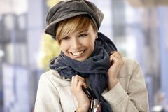 Szczęśliwa młoda kobieta jest ubranym szalika i kapelusz Obrazy Royalty Free