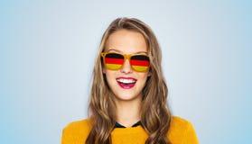 Szczęśliwa młoda kobieta lub nastoletnia dziewczyna w okularach przeciwsłonecznych obraz stock