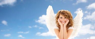 Szczęśliwa młoda kobieta lub nastoletnia dziewczyna z aniołem uskrzydlamy Obrazy Stock