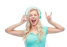 Szczęśliwa młoda kobieta lub nastoletnia dziewczyna z hełmofonami Zdjęcie Royalty Free