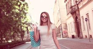 Szczęśliwa młoda kobieta mówi nad telefonem zdjęcie wideo