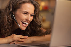 Szczęśliwa młoda kobieta ma boże narodzenie wideo gadkę na laptopie Fotografia Royalty Free