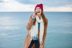 Szczęśliwa młoda kobieta ma zabawę blisko rzeki obraz stock