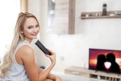 Szczęśliwa młoda kobieta ogląda romantycznego film zdjęcie royalty free