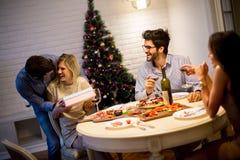 Szczęśliwa młoda kobieta otrzymywa prezent od młodego człowieka dla nowego roku lub C zdjęcie royalty free