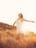 Szczęśliwa młoda kobieta Outdoors przy Susnet Moda styl życia zdjęcia stock