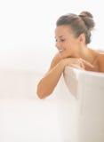 Szczęśliwa młoda kobieta patrzeje na kopii przestrzeni w wannie Obraz Stock