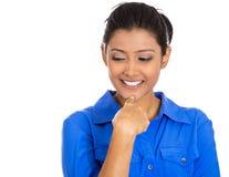Szczęśliwa młoda kobieta patrzeje zmniejszający się zdjęcia royalty free