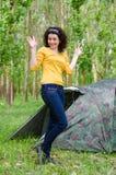 Szczęśliwa młoda kobieta pozuje przed namiotem obrazy royalty free