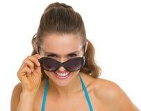 Szczęśliwa młoda kobieta przyglądająca od okularów przeciwsłoneczne out Zdjęcia Royalty Free