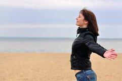 Szczęśliwa młoda kobieta relaksuje onbeautiful beac Obrazy Royalty Free
