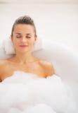 Szczęśliwa młoda kobieta relaksuje w wannie Obrazy Royalty Free