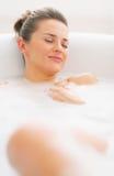 Szczęśliwa młoda kobieta relaksuje w wannie Obrazy Stock