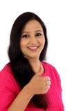 Szczęśliwa młoda kobieta robi aprobata gestowi Zdjęcia Stock