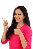 Szczęśliwa młoda kobieta robi aprobata gestowi Fotografia Stock