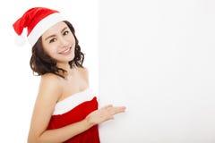 Szczęśliwa młoda kobieta robi gestowi z białą deską Zdjęcie Stock