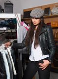 Szczęśliwa młoda kobieta robi jej zakupy Fotografia Royalty Free