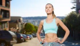 Szczęśliwa młoda kobieta robi sportom outdoors Zdjęcie Stock