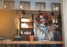 Szczęśliwa młoda kobieta rozgrzewkowa kołderką up indoors fotografia royalty free