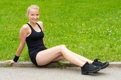 Szczęśliwa młoda kobieta target740_0_ po treningu obsiadania Zdjęcie Royalty Free
