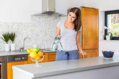 Szczęśliwa młoda kobieta trzyma dwa butelki woda Zdjęcia Stock