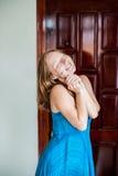 Szczęśliwa młoda kobieta trzyma klucz dom lub mieszkanie Szczęsliwy zwycięzca Posiadać nieruchomości pojęcie Zdjęcia Royalty Free