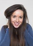 Szczęśliwa młoda kobieta uśmiecha się bawić się z długie włosy dla wellness Obrazy Stock