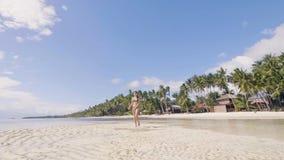 Szczęśliwa młoda kobieta w bikini bieg na mokrym piasku przy morze plażą Atrakcyjna dziewczyna cieszy się słonecznego dzień przy  zbiory