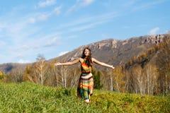 Szczęśliwa młoda kobieta w jesieni drewnie góra zdjęcia royalty free