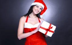 Szczęśliwa młoda kobieta w kostiumu Święty Mikołaj z udziałami Chrystus zdjęcia royalty free