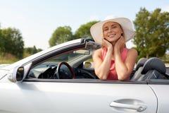 Szczęśliwa młoda kobieta w odwracalnym samochodzie obrazy royalty free