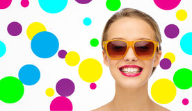 Szczęśliwa młoda kobieta w okularach przeciwsłonecznych z różową pomadką zdjęcie royalty free