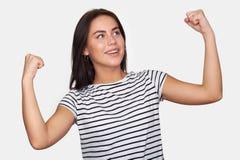 Szczęśliwa młoda kobieta w przypadkowej odzieży gestykulować zdjęcie royalty free