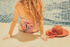 Szczęśliwa młoda kobieta w swimsuit przy basenem zdjęcia stock