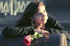 Szczęśliwa młoda kobieta z czerwieni różą plenerową Obraz Stock