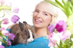 Szczęśliwa młoda kobieta z Easter tulipanami i królikiem Zdjęcia Stock