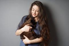 Szczęśliwa młoda kobieta z jej zwierzę domowe kotem zdjęcia stock