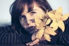 Szczęśliwa młoda kobieta z kwiatów marzyć plenerowy Obrazy Royalty Free