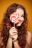 Szczęśliwa młoda kobieta z lizakiem Obrazy Stock