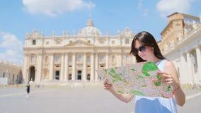 Szczęśliwa młoda kobieta z miasto mapą w watykanu i St Peter ` s bazyliki kościół, Rzym, Włochy Podróży turystyczna kobieta z zbiory wideo
