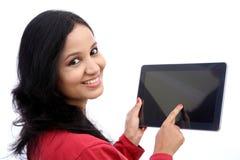 Szczęśliwa młoda kobieta z pastylka komputerem Obrazy Royalty Free