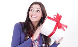 Szczęśliwa młoda kobieta z wielkim prezentem odosobniony miotła biel Obrazy Royalty Free