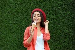 Szczęśliwa młoda kobieta z wyśmienicie lody w gofra rożku fotografia royalty free