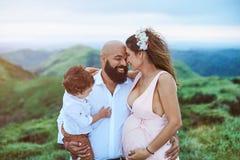 Szczęśliwa młoda latynoska rodzina Zdjęcia Stock