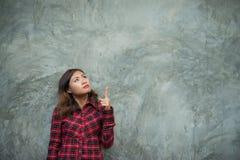 Szczęśliwa młoda modniś kobieta przedstawia kopii przestrzeń na jej palmie, aga Obrazy Royalty Free