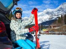Szczęśliwa młoda narciarka Zdjęcia Stock