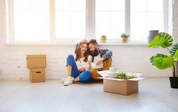 Szczęśliwa młoda para małżeńska rusza się nowy mieszkanie obrazy royalty free
