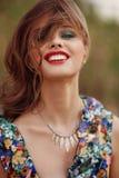 Szczęśliwa młoda piękna kobieta smilling w kamerze Styl życia co Obrazy Stock