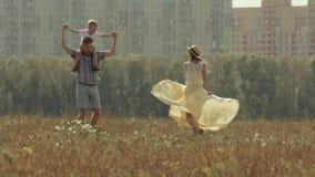 Szczęśliwa młoda rodzina ma zabawę w miasto parku zdjęcie wideo