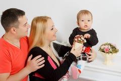 Szczęśliwa młoda rodzina, mama tata i mała dziewczynka, obrazy stock